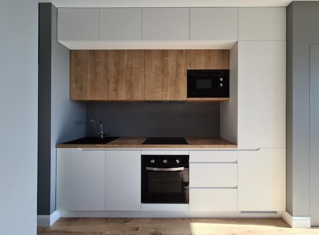 Установка встроенной мебели и электропроводка кухни