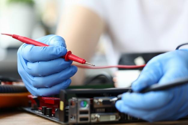 ハードウェアを固定するためのデバイス