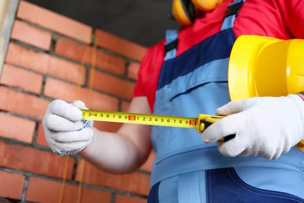ビルダーは、テープのコンセプトで寸法レンガを測定します