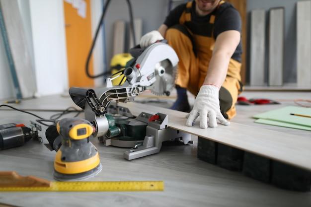 部屋の床のラミネートパネルを挽き修理工