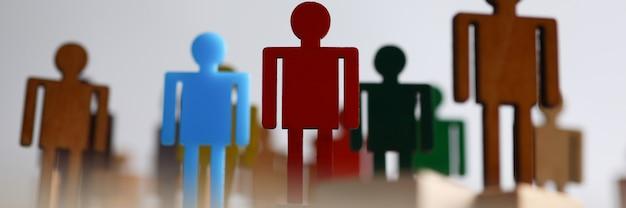 Пластиковые или деревянные цветные фигурки людей команды