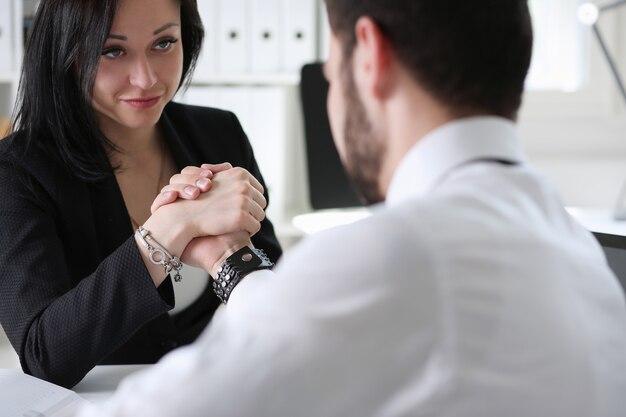 Деловые партнеры делают рукопожатие