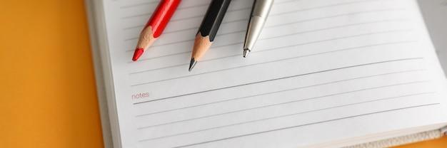 Чистая тетрадь, карандаш и очки на рабочем месте