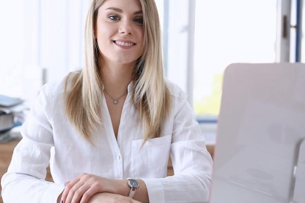 Красивый улыбающийся предприниматель портрет на рабочем месте
