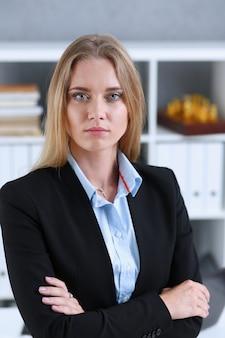 オフィスで金髪のビジネス女性の肖像画