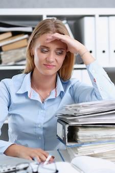 多くの仕事が疲れて疲れた女性を待ちます