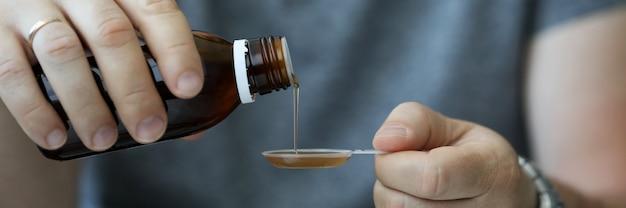 風邪をひいて薬を飲む人