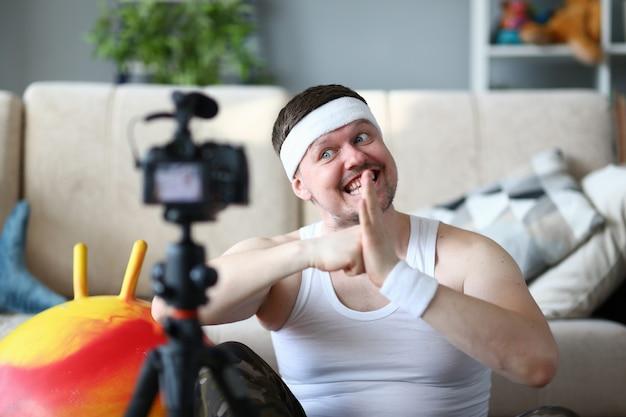 陽気な男が朝のトレーニング中にビデオを記録