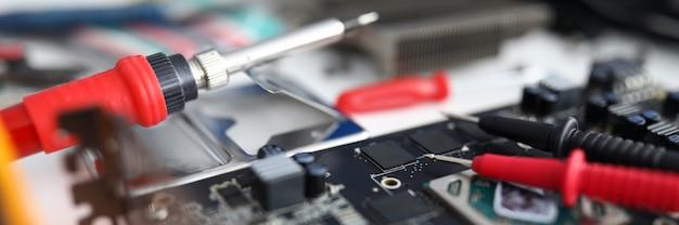 Крупный план на электронном устройстве, инструменты для ремонта