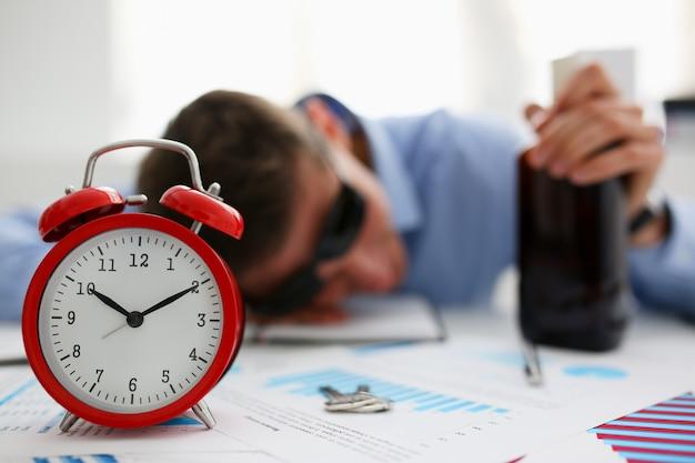 Бизнесмен в синей рубашке спит на работе