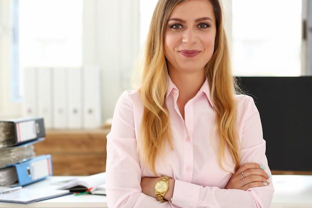 Привлекательная блондинка женский секретарь портрет