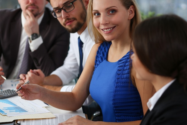 Группа деловых людей, работающих вместе над проектом