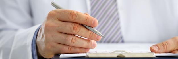 Мужской доктор медицины рука серебряная ручка