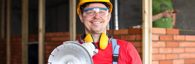 Мужчина держит строительный инструмент