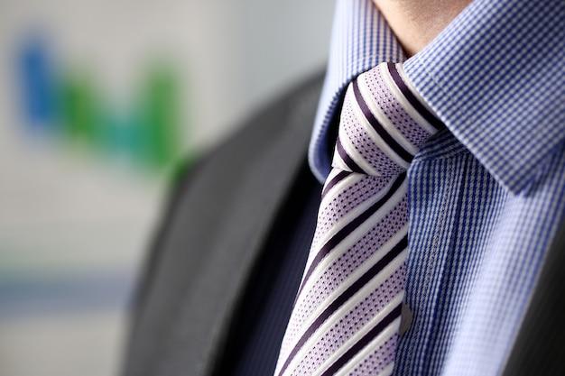 黒のスーツのビジネスマンセットネクタイのクローズアップ