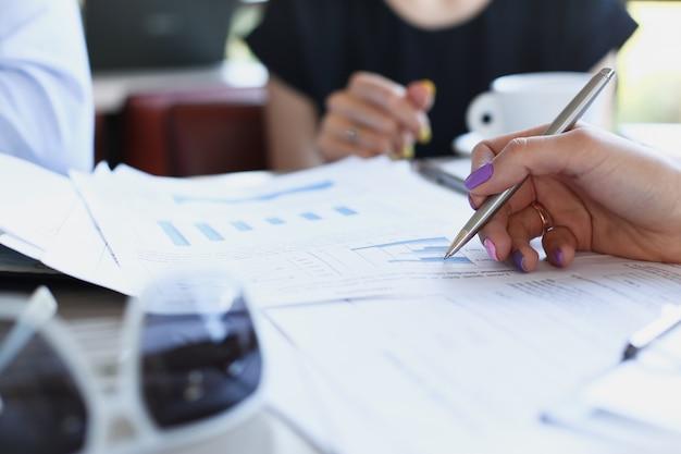 人々のグループはカフェで計画を話し合う