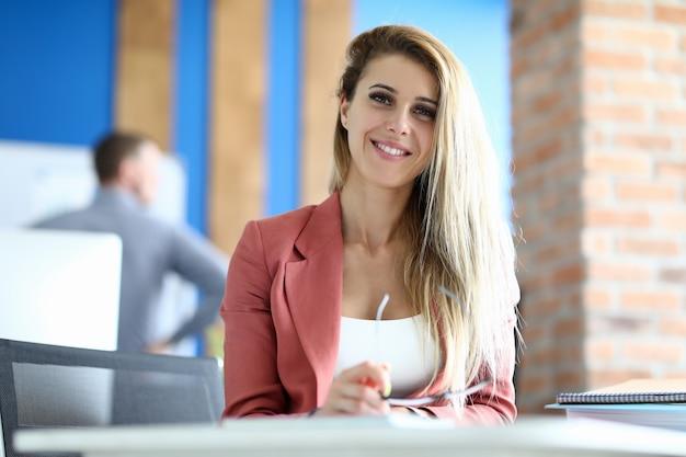 金髪のビジネス女性のオフィスの肖像画。