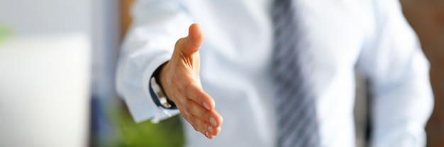 Бизнесмен протягивает руку для рукопожатия