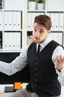 Красивый портрет бизнесмена на рабочем месте