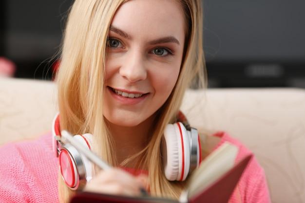 Молодая красивая женщина заполни свой личный дневник
