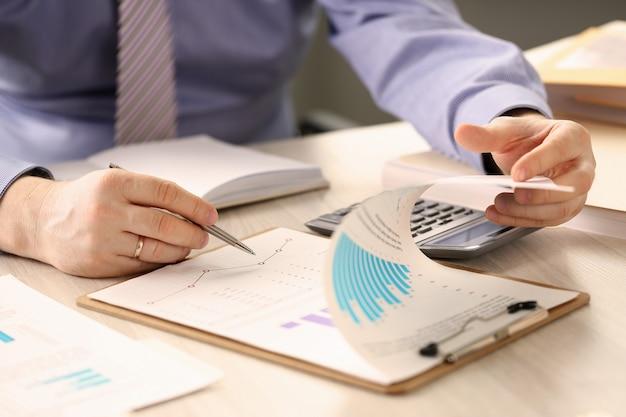 残高を計算する財務検査官レポート