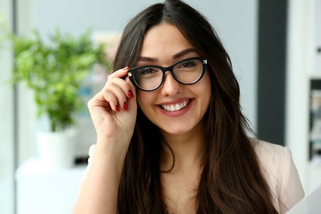 Взрослый красивая счастливая улыбка моды предприниматель