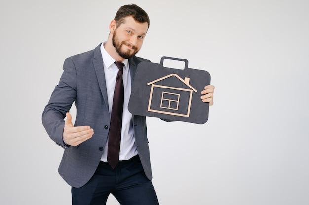Бизнесмен в костюме портрет держать портфель в руке