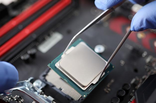 Человек, работающий с компьютерным оборудованием