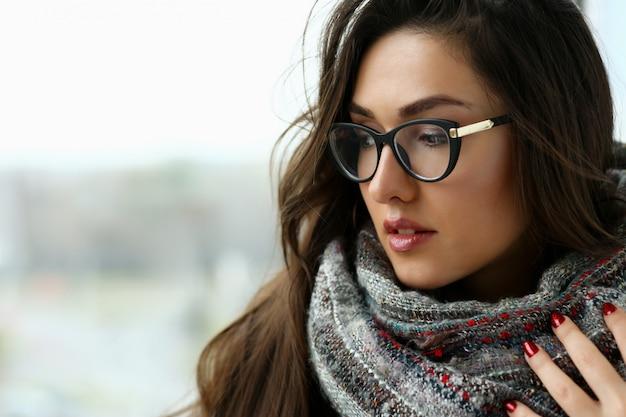 Молодая красивая женщина в шарфе портрет