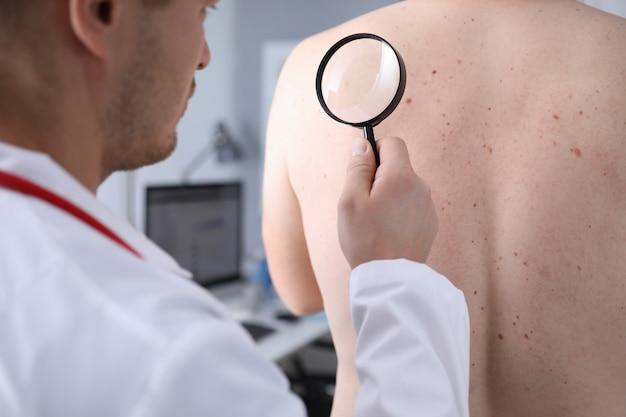 Клинический работник в белой форме