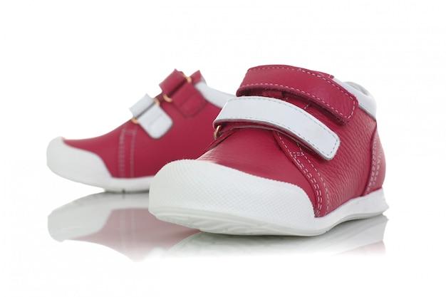 Розовые детские туфли на белом фоне