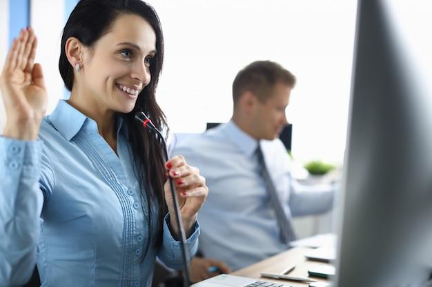 コールセンターのオペレーターがオンラインコールの対話者に挨拶します。