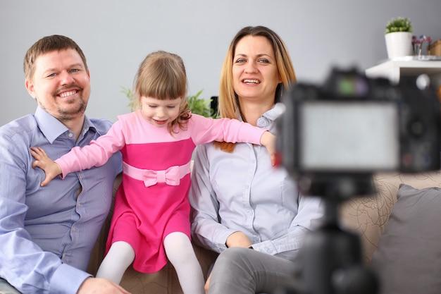 Счастливая семья на диване фотографировать себя