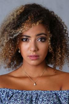 美しい黒人女性の肖像画。価値がある灰色