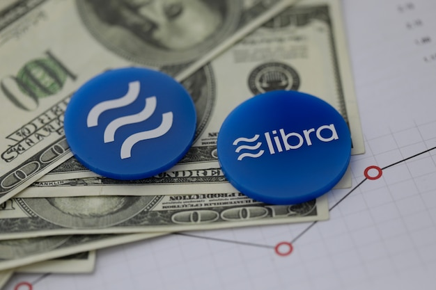天秤座の青い暗号通貨のコインはテーブルの上にあります。