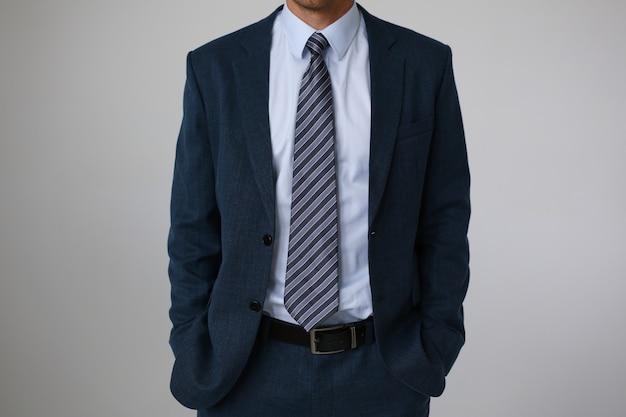 シャツスーツビジネススタイル男性ファッションショップでネクタイします。