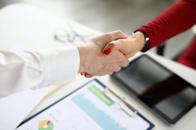 クローズアップの男と女が手を振る。レポートの議論後の合意