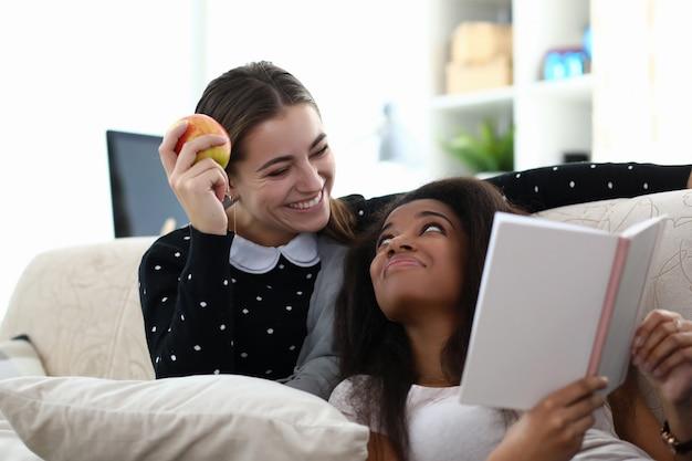 Две женщины дружат читать книгу сидят на тренере