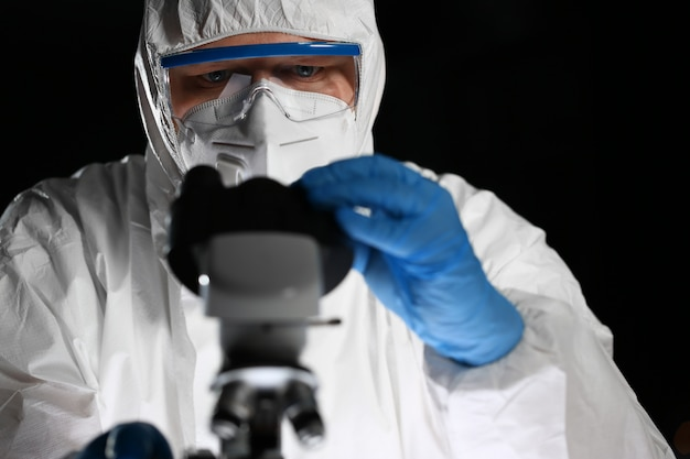 青い保護手袋の男性化学者の外観