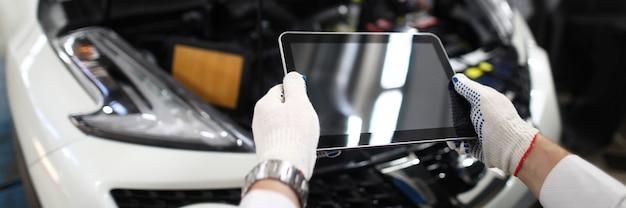 Мужская рука в белых защитных перчатках держит цифровой