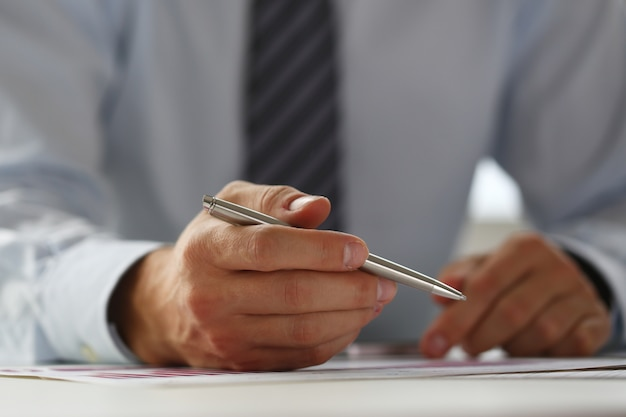 充填と署名のスーツのビジネスマンの手