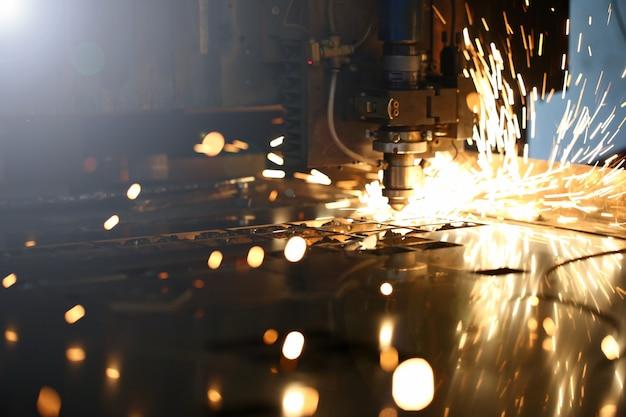 Искры вылетают из головки станка для обработки металла