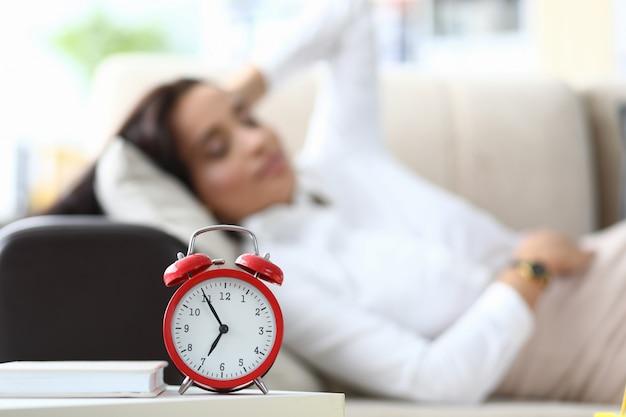 眠っている女性労働者