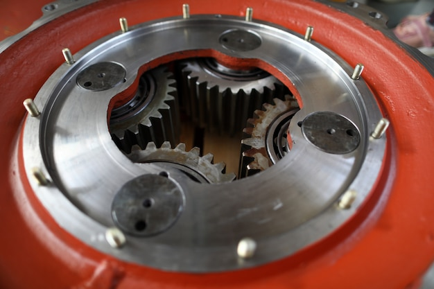Большая механическая зубчатая часть с набором зубчатых колес внутри