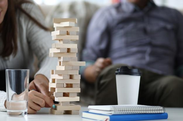 ジェンガ木製ゲームをする恋人たち
