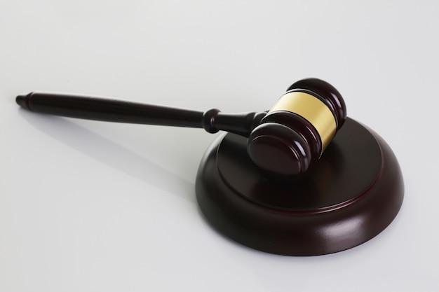 Судья молот с подставкой на белом