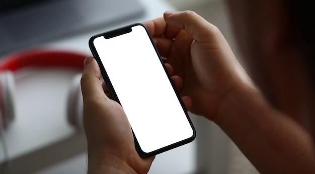 Мужская рука держать современный смартфон с пустой экран