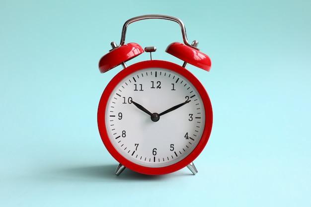背景色が水色の赤い目覚まし時計
