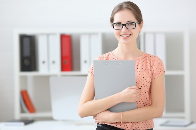 オフィスでライティングタブレットを保持しているビジネス女性