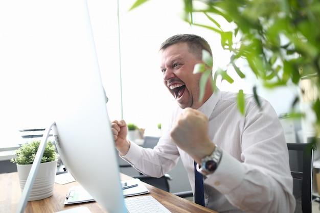 職場での幸せなマネージャー